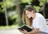 公園で読書する女性